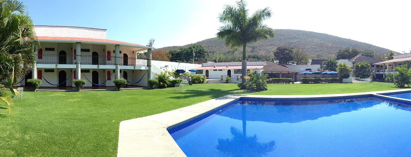 """<a href=""""http://www.hoteliguanas.com/galeria/"""">Amplios jardines y una <strong>deliciosa alberca</strong></a>"""